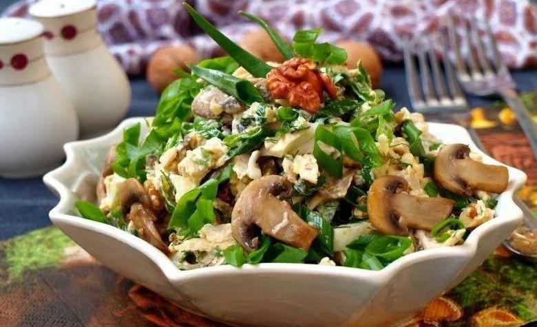 Салат юбилейный с курицей и грибами